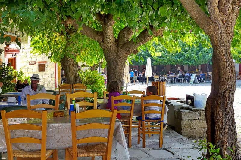 Taverne im Bergdorf Omodos - Auswandern und Leben auf Zypern