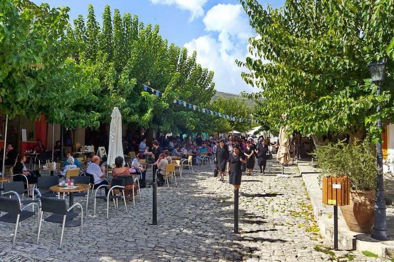 Dorfstraße im Bergdorf Omodos - Auswandern und Leben auf Zypern