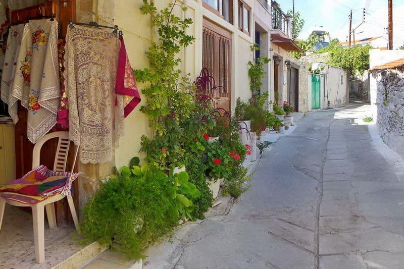 Gasse im Bergdorf Omodos - Auswandern und Leben auf Zypern