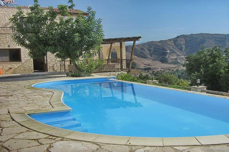 Immobilie zum Kauf auf Zypern im Raum Paphos - eine Poolblick auf die Berge - Auswandern und Leben auf Zypern