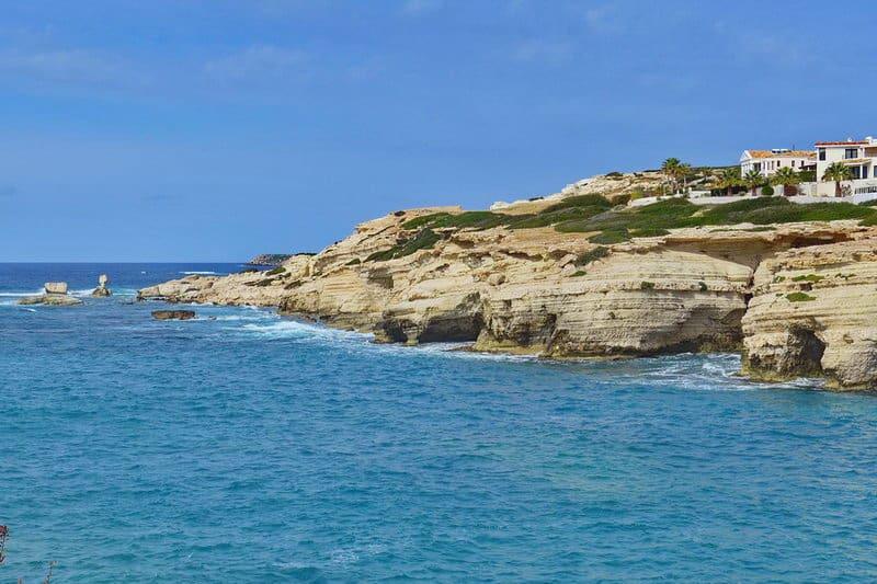 Felsformationen am Meer in Sea Caves- Auswandern und Leben auf Zypern