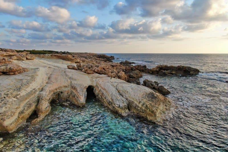 Felsformationen am Meer von Sea Caves im Raum Paphos
